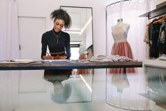 Предприниматель женщины на работе в ее бутике стоковая фотография
