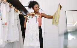 Предприниматель женщины на работе в ее магазине модной одежды Стоковое Изображение