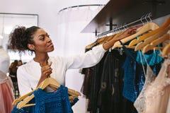 Предприниматель женщины на работе в ее магазине модной одежды Стоковое Изображение RF