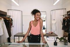 Предприниматель женщины на работе в ее магазине модной одежды Стоковое фото RF