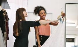 Предприниматель женщины на работе в ее студии моды Стоковая Фотография