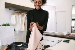 Предприниматель женщины на работе в ее студии моды Стоковое фото RF