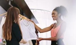 Предприниматель женщины на работе в ее студии моды Стоковые Фотографии RF