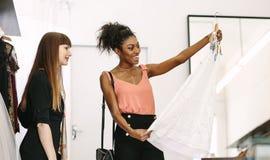 Предприниматель женщины на работе в ее студии моды Стоковое Фото