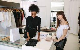 Предприниматель женщины на работе в ее студии моды Стоковые Изображения