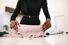 Предприниматель женщины на работе в ее студии моды Стоковые Фото