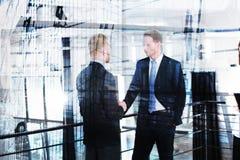 Предприниматель которое говорит в офисе двойная экспозиция стоковые фото