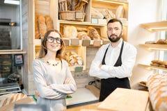Предприниматель магазина хлебопекарни с продавцем хлеба стоковая фотография