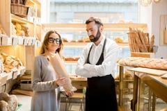 Предприниматель магазина хлебопекарни с продавцем хлеба стоковые фото