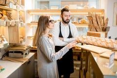 Предприниматель магазина хлебопекарни с продавцем хлеба стоковое изображение