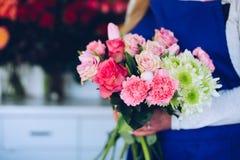 Предприниматель молодой женщины магазина флориста делая состав розовых роз Стоковое фото RF