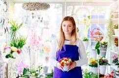 Предприниматель молодой женщины магазина флориста держа состав на цветке красоты стоковое изображение rf