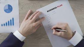 Предприниматель писать вниз бизнес-план компании, предпринимательство, запуск акции видеоматериалы