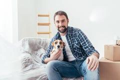 Предприниматель собаки в его новом доме стоковые фото