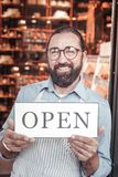 Предприниматель устанавливая его новое дело в сервисе связанном с питанием стоковое изображение
