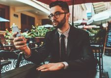 Предприниматель человека в ресторане улицы с мобильным телефоном Стоковые Фото