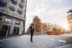 Предприниматель человека пересекает дорогу стоковые фотографии rf