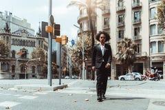 Предприниматель человека проходит crosswalk стоковые фото