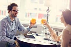 2 предпринимателя встречая для обеда в ресторане Стоковое фото RF