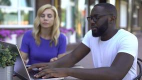 2 предпринимателя делая дело и тряся руки, независимый контракт, проект сток-видео
