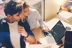 2 предпринимателя ищут решение дела во время процесса работы на солнечном офисе люди деловой встречи Стоковые Фотографии RF