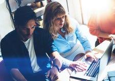 2 предпринимателя ищут решение дела во время процесса работы на солнечном офисе люди деловой встречи Стоковое Изображение
