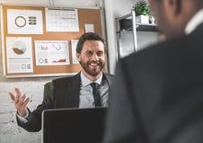2 предпринимателя обсуждают с улыбкой Стоковое Изображение