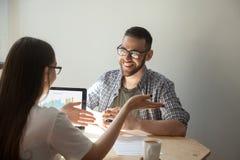 2 предпринимателя обсуждая детали контракта Стоковая Фотография