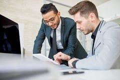 2 предпринимателя обсуждая запуск Стоковые Изображения