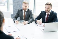 2 предпринимателя обсуждая с партнером Стоковое Изображение