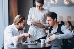 3 предпринимателя работая в кафе Стоковые Изображения RF
