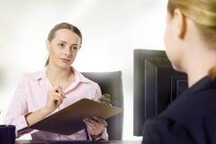 2 предпринимателя работая на столе в офисе Стоковые Фото
