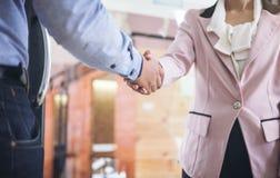 2 предпринимателя тряся руки во время встречи в офисе, Стоковая Фотография RF