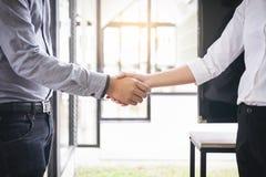 2 предпринимателя тряся руки во время встречи в офисе, Стоковые Фото