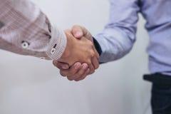 2 предпринимателя тряся руки во время встречи в офисе, Стоковое Изображение