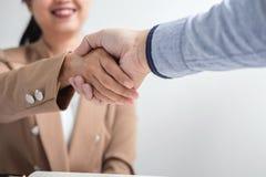 2 предпринимателя тряся руки во время встречи для подписания agreem Стоковые Изображения
