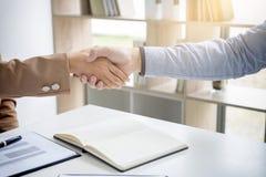 2 предпринимателя тряся руки во время встречи для подписания agreem Стоковые Фотографии RF