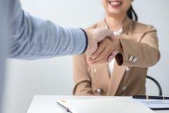 2 предпринимателя тряся руки во время встречи для подписания agreem Стоковое Изображение RF