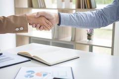 2 предпринимателя тряся руки во время встречи для подписания agreem Стоковая Фотография RF