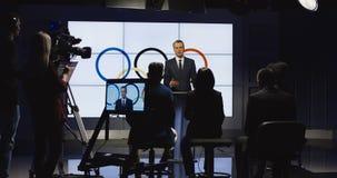 Представитель проводя пресс-конференцию на этапе видеоматериал