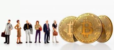 Представление группы людей рядом с bitcoins, изолированными на белой предпосылке Стоковые Изображения