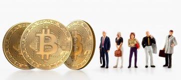 Представление группы людей рядом с bitcoins, изолированными на белой предпосылке Стоковое Изображение RF