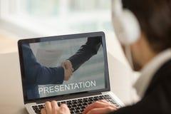 Представление дела бизнесмена наблюдая, смотря sc компьтер-книжки Стоковая Фотография
