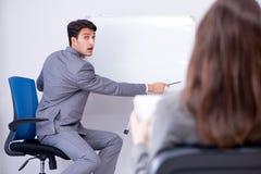 Представление дела в офисе с человеком и женщиной Стоковое Фото