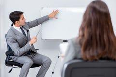 Представление дела в офисе с человеком и женщиной Стоковое Изображение