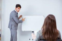Представление дела в офисе с человеком и женщиной Стоковые Изображения RF