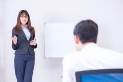Представление дела в офисе с человеком и женщиной Стоковая Фотография