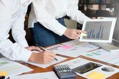 Представление дела с темой данным по финансов планшета я Стоковое Фото
