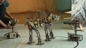 Представление Звездных войн с роботами видеоматериал