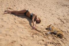 представление изображения девушки собаки смешное такие же Стоковое Изображение RF